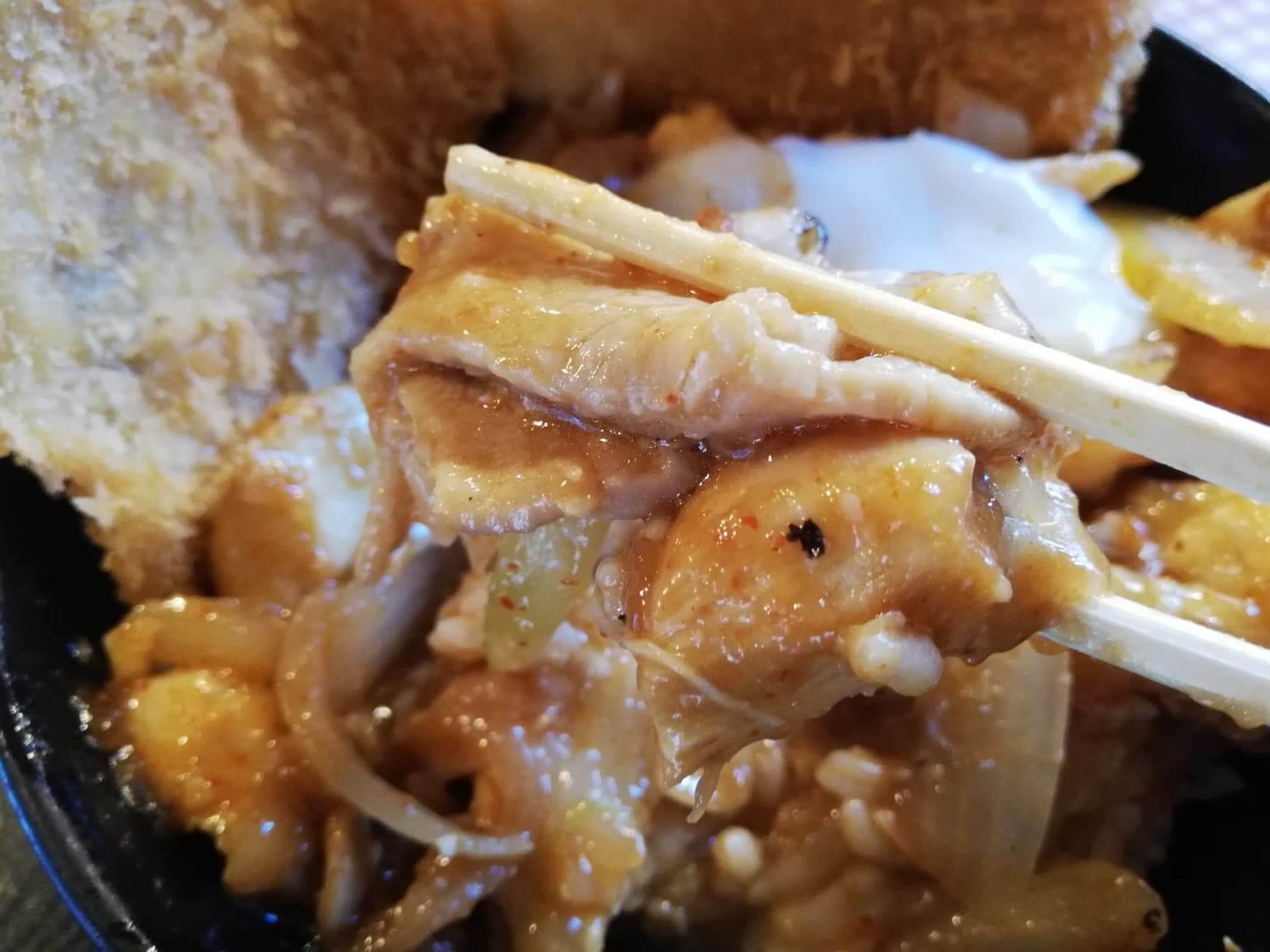 江古田『キッチン男の晩ごはん女の昼ごはん』のスタミナ野郎丼(極み)を箸で持ち上げた写真