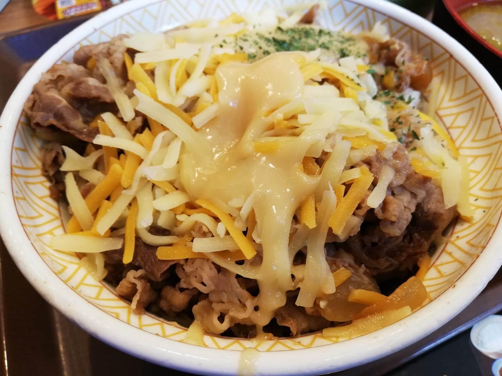 すき家の『とろーり3種のチーズ牛丼』のアップ写真