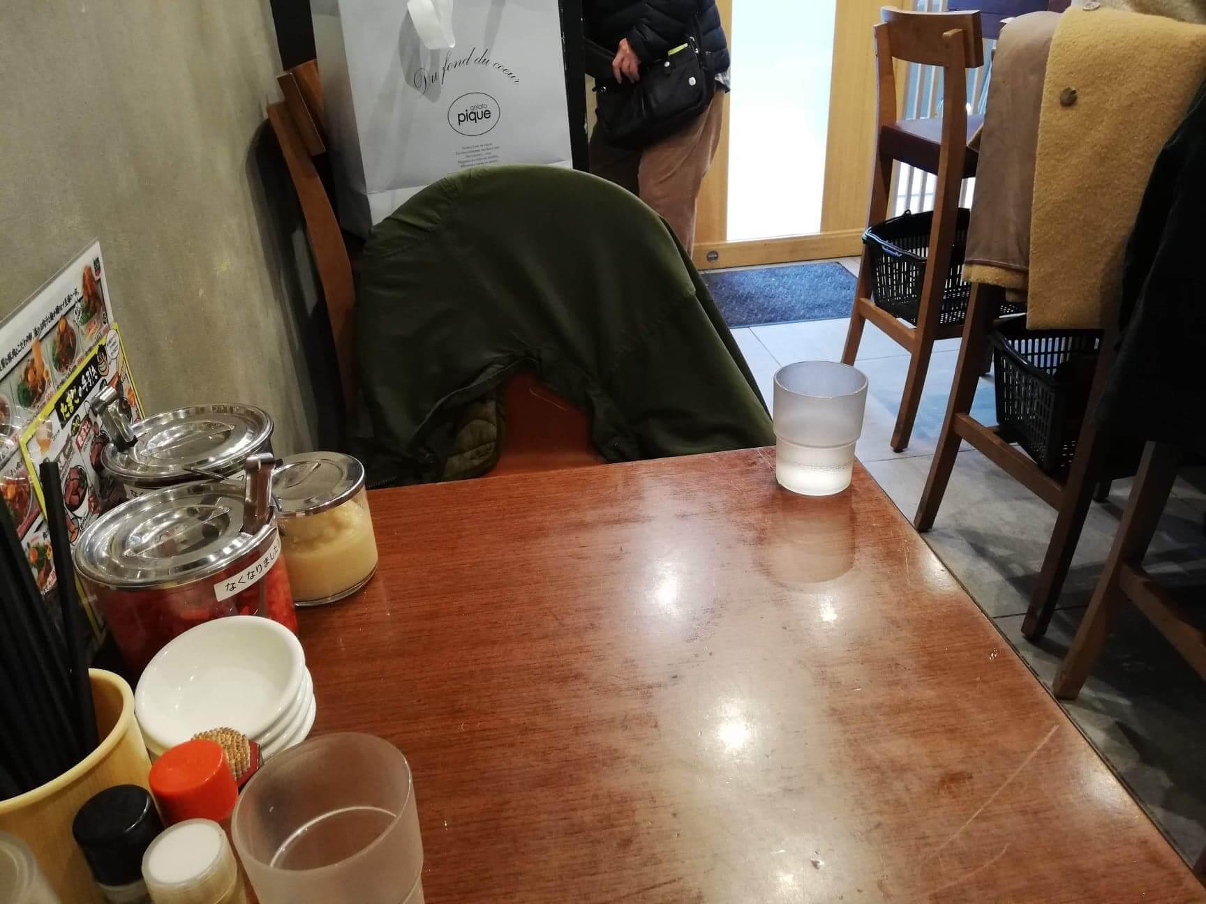 高田馬場『肉汁麺ススム』の店内の机の写真