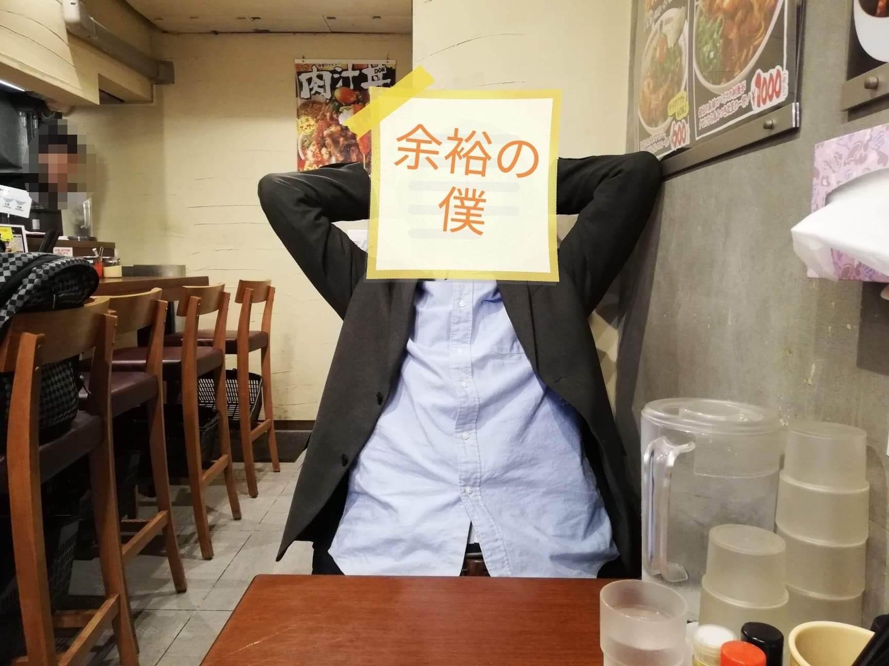 高田馬場『肉汁麺ススム』の肉汁丼の前でポーズをとる男性の写真