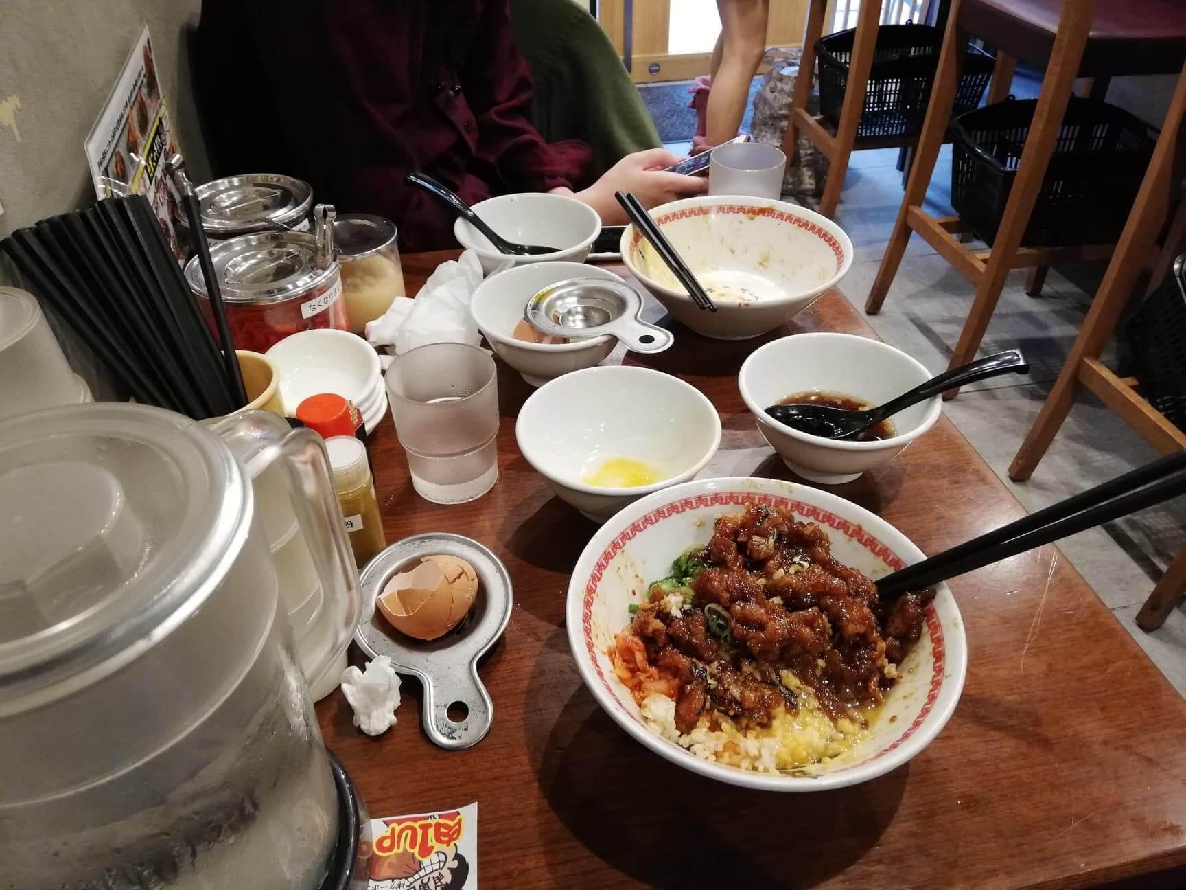 高田馬場『肉汁麺ススム』の机の上の写真