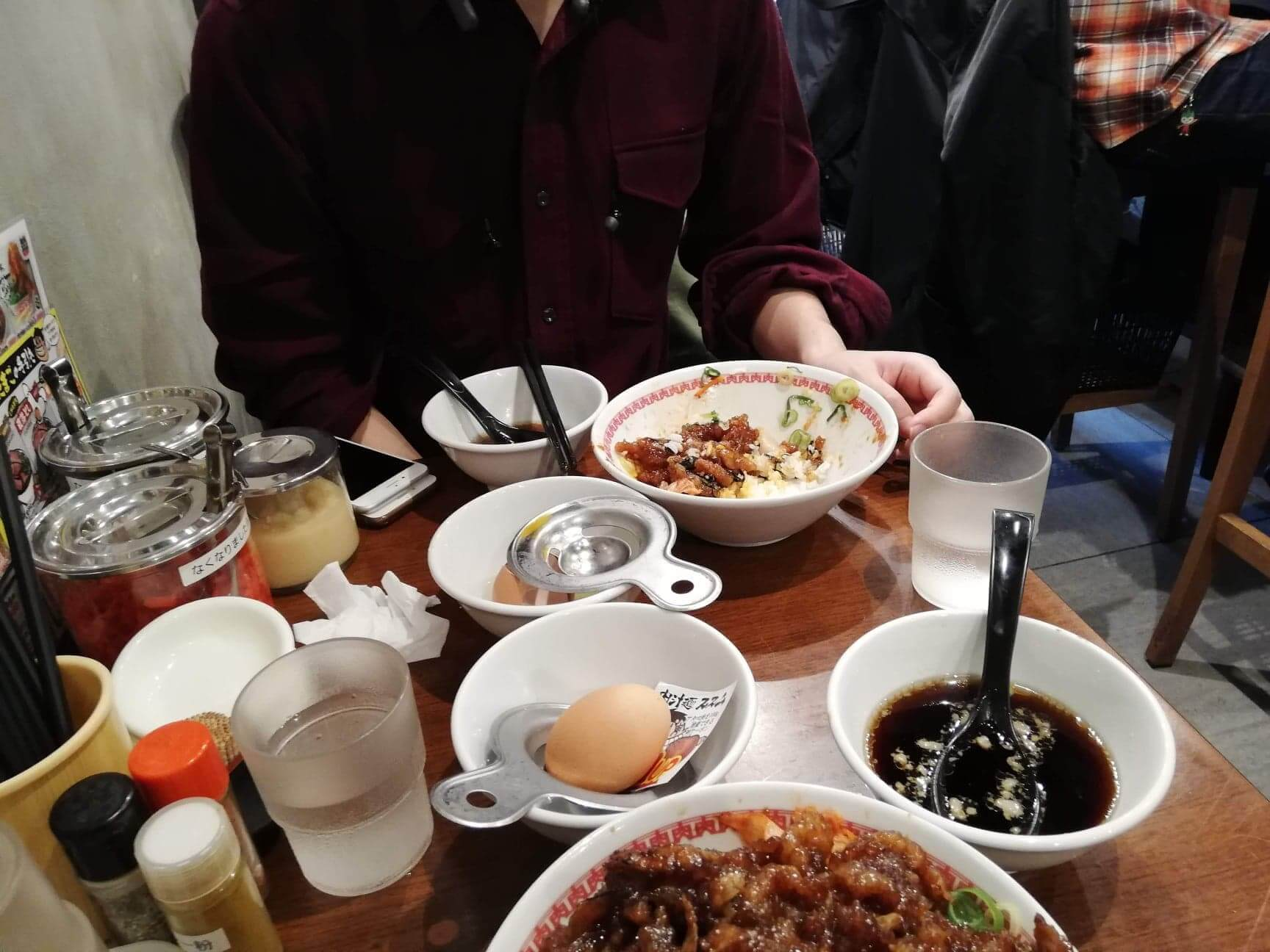 高田馬場『肉汁麺ススム』の机にある丼の写真