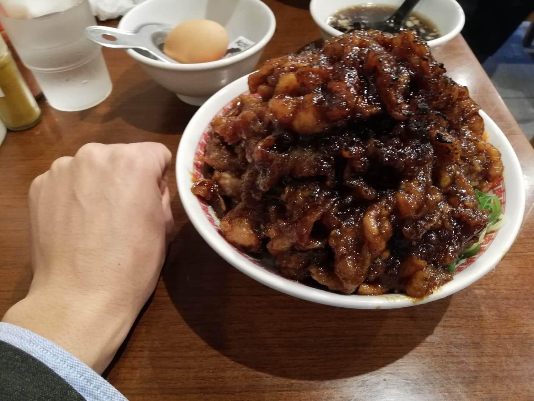 高田馬場『肉汁麺ススム』の肉汁丼と拳のサイズ比較写真