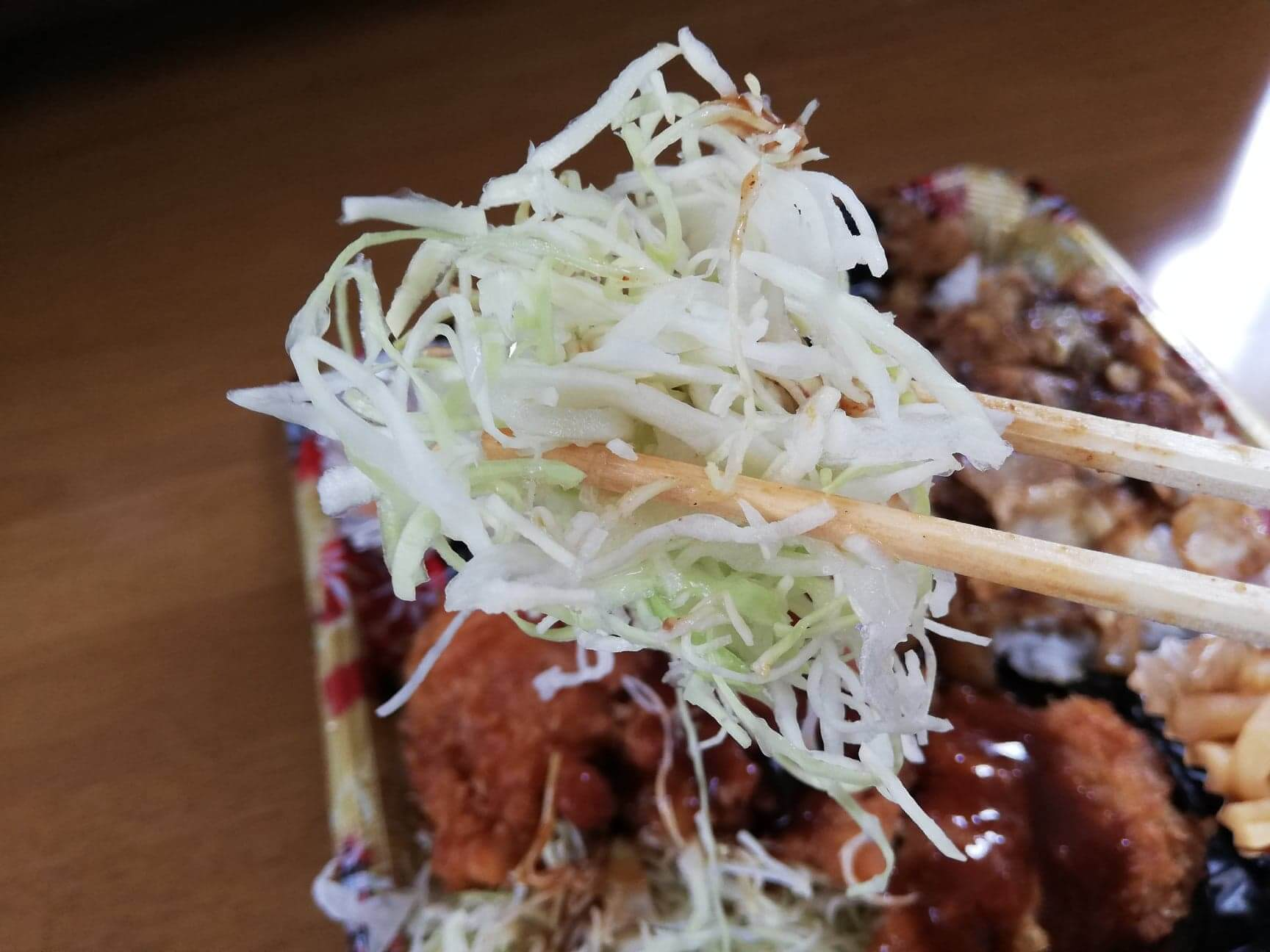 かつやの全力飯弁当『回鍋肉丼から揚げチキンカツ弁当』のキャベツの写真