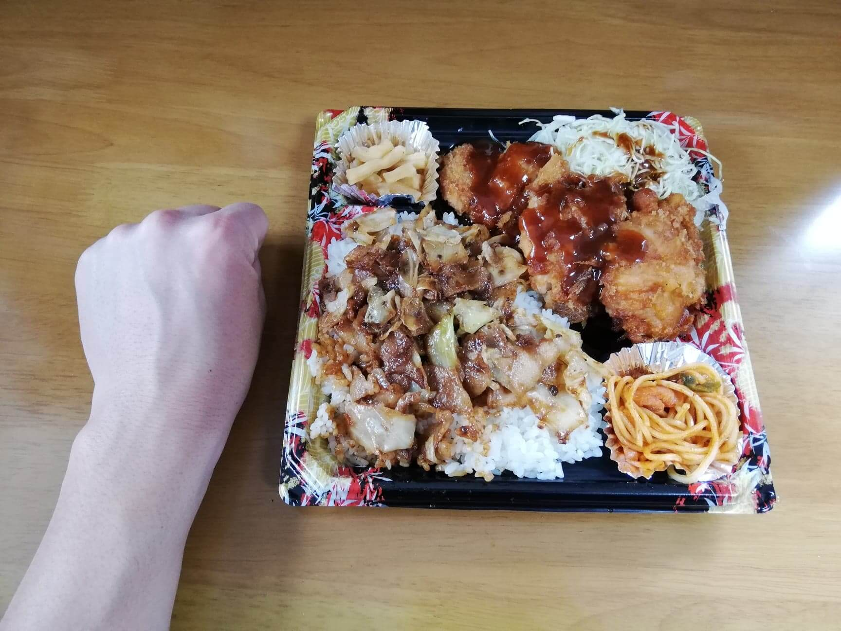 かつやの全力飯弁当『回鍋肉丼から揚げチキンカツ弁当』と拳のサイズ比較写真