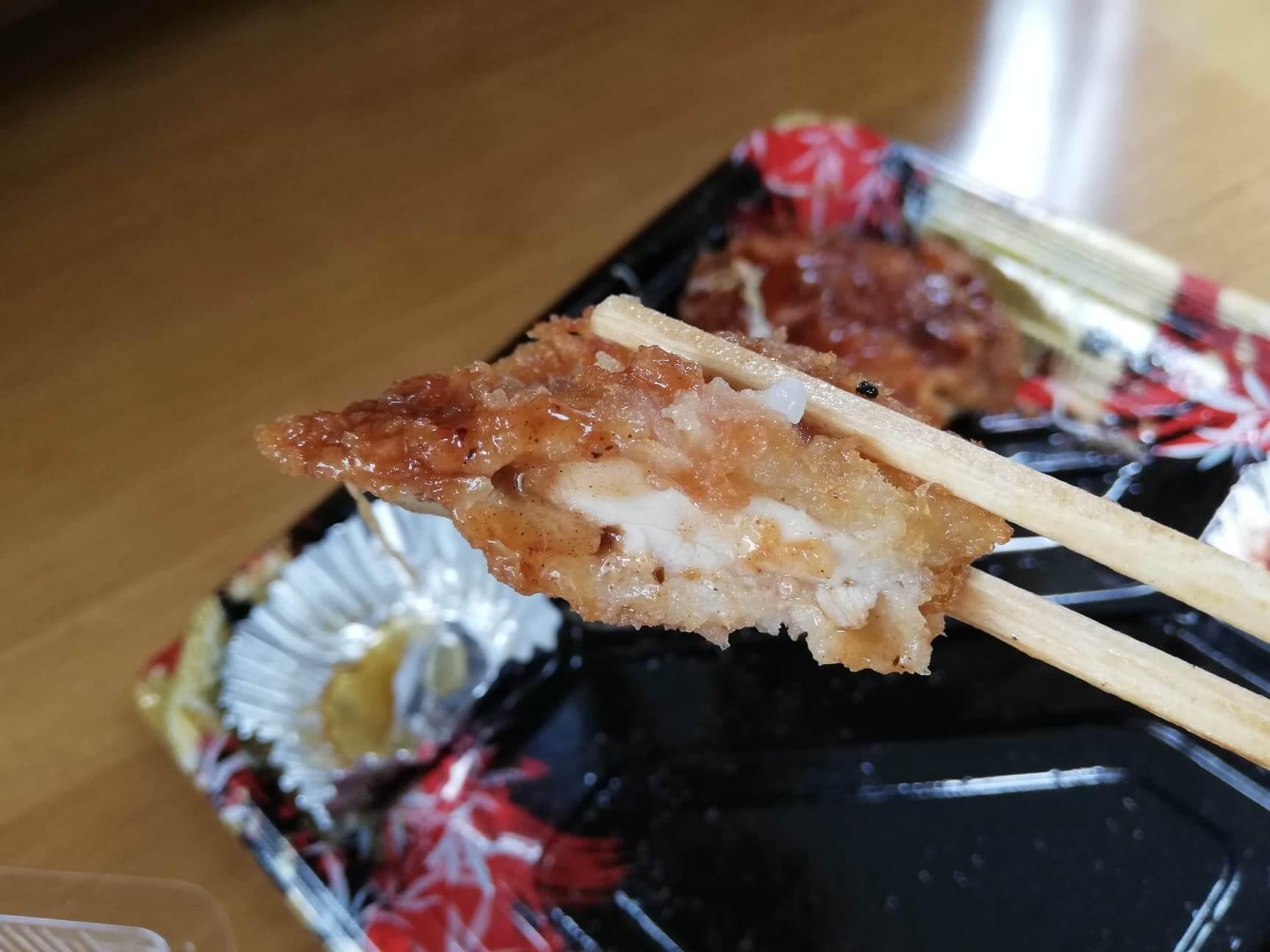 かつやの全力飯弁当『回鍋肉丼から揚げチキンカツ弁当』のチキンカツの写真