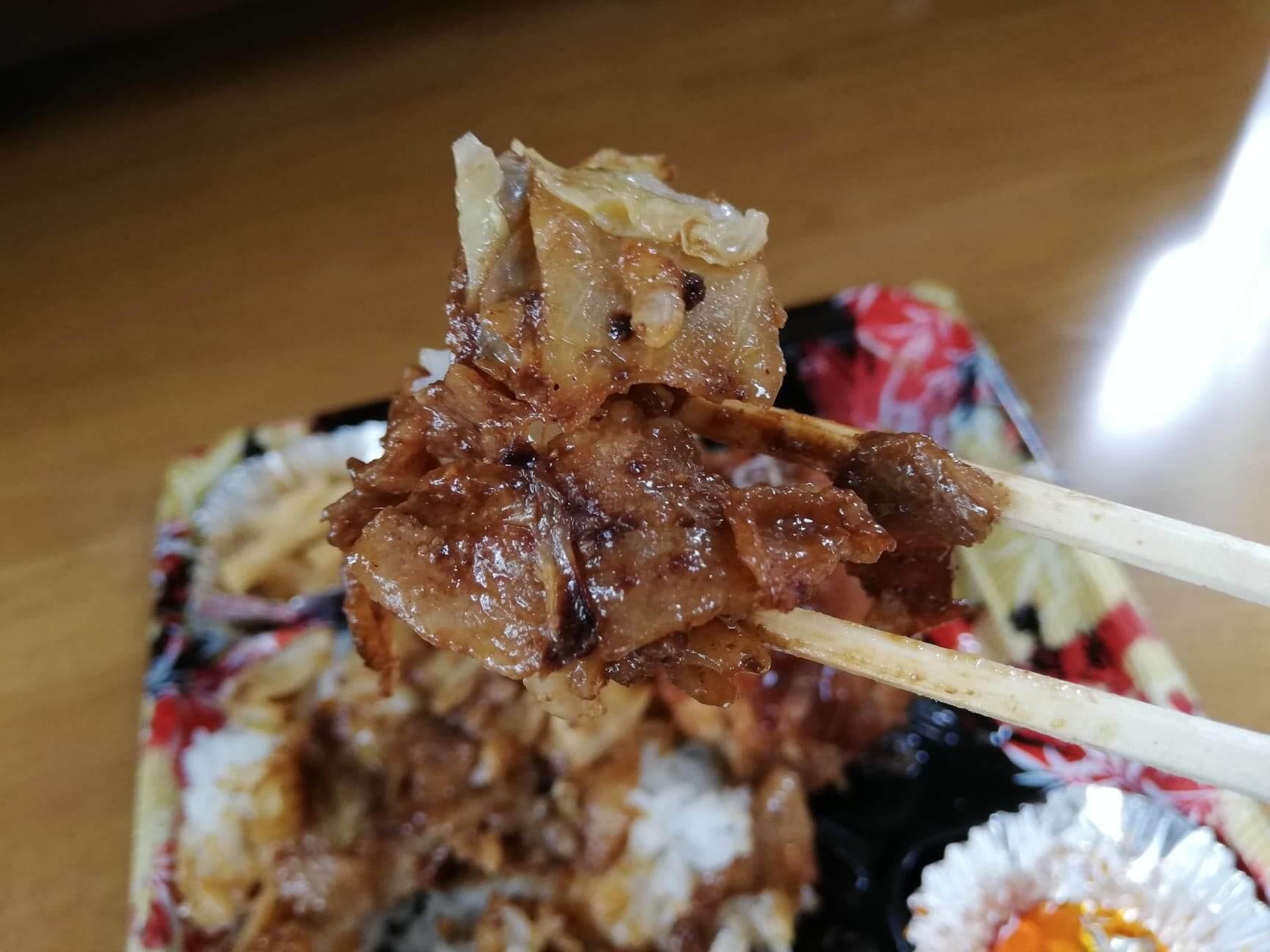 かつやの全力飯弁当『回鍋肉丼から揚げチキンカツ弁当』の回鍋肉の写真