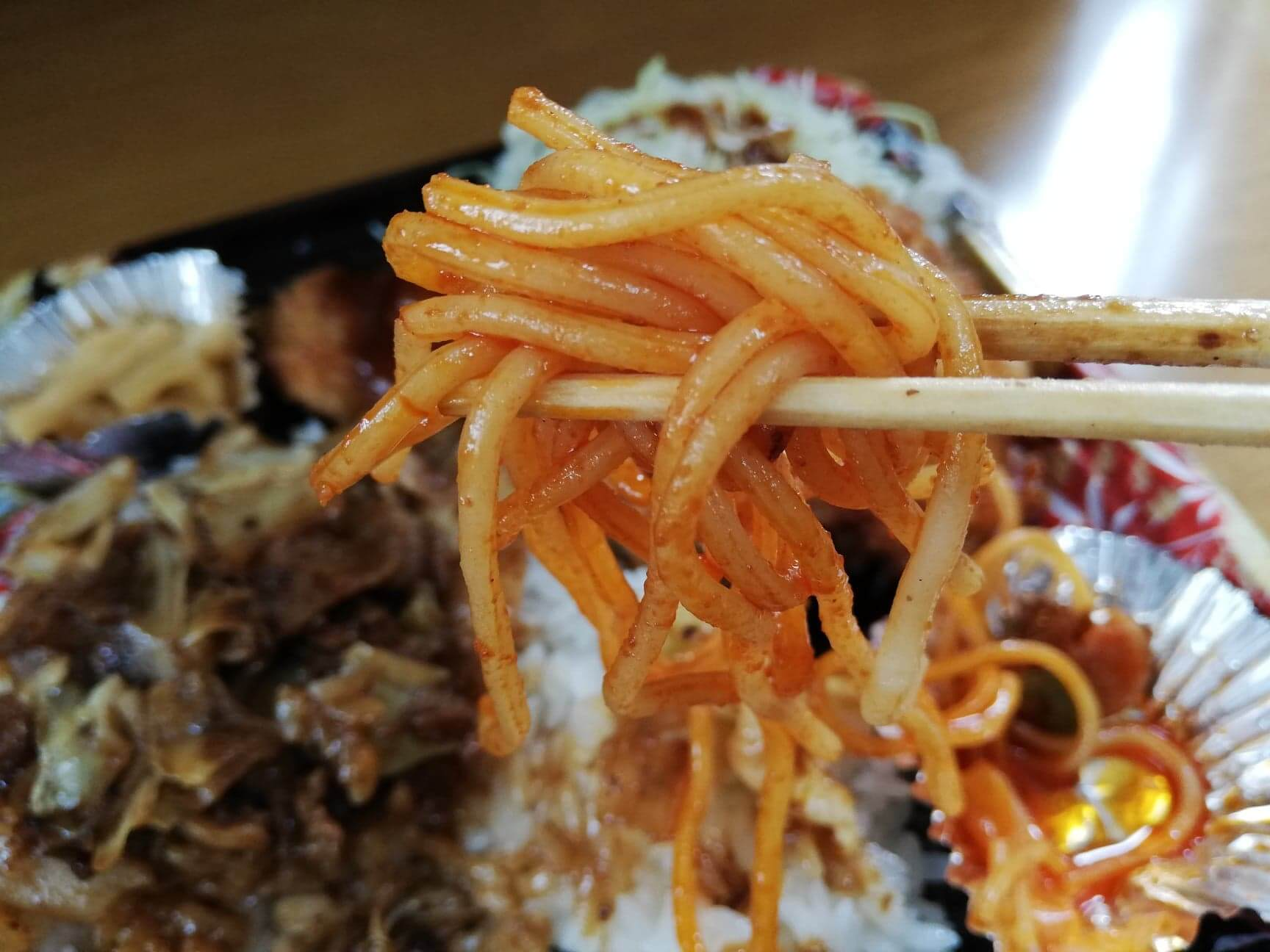かつやの全力飯弁当『回鍋肉丼から揚げチキンカツ弁当』のナポリタンの写真