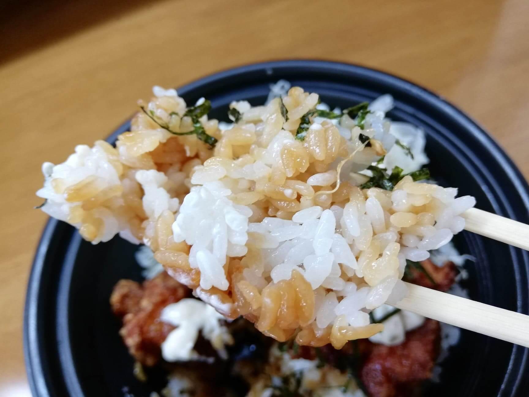 ガストのテイクアウトメニュー『ランチ唐揚げテリタル丼』のライスを箸で持ち上げた写真