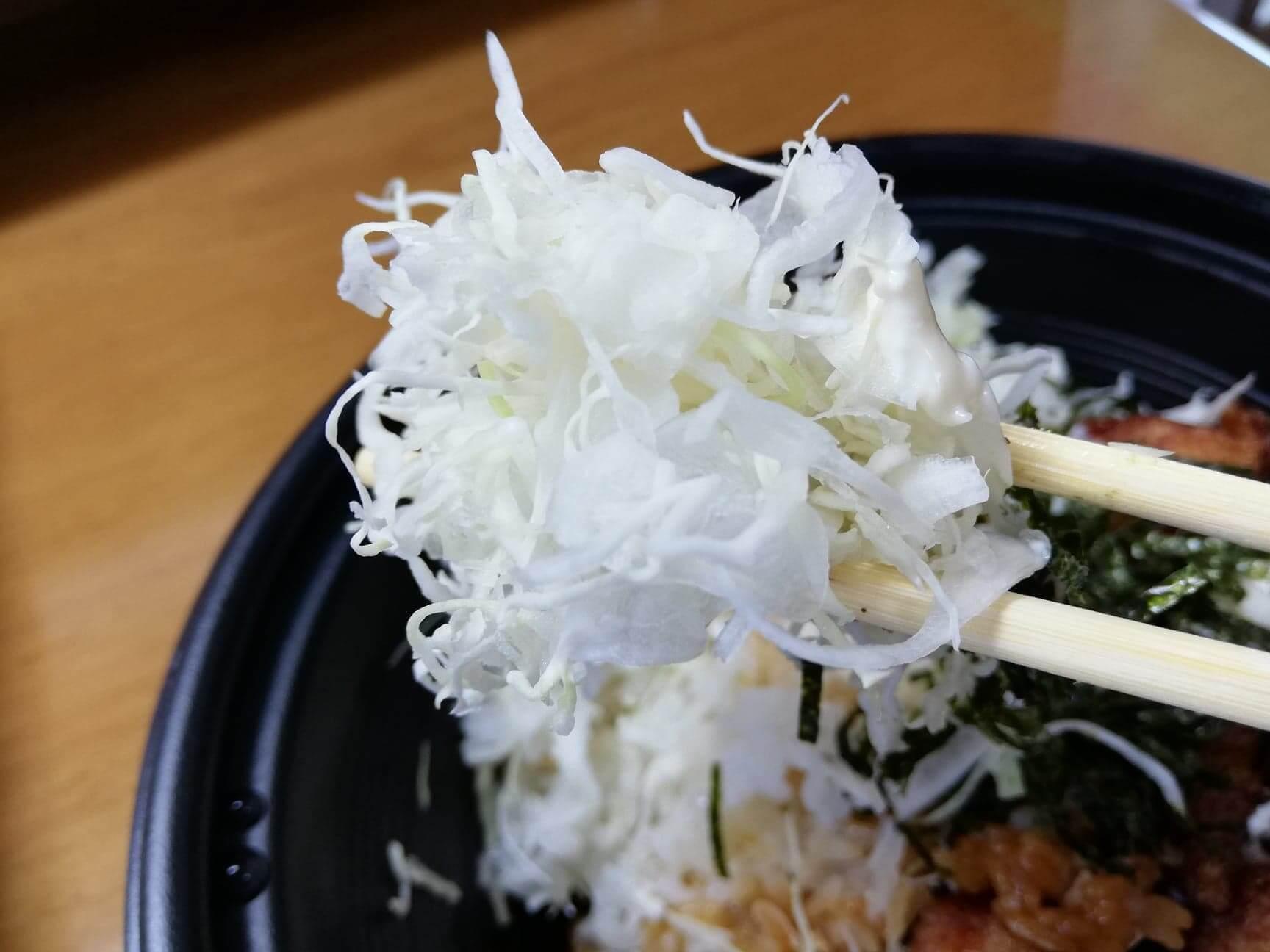 ガストのテイクアウトメニュー『ランチ唐揚げテリタル丼』のキャベツの写真