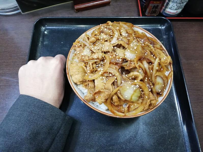 仙台『久美食堂』の焼肉丼と拳のサイズ比較写真