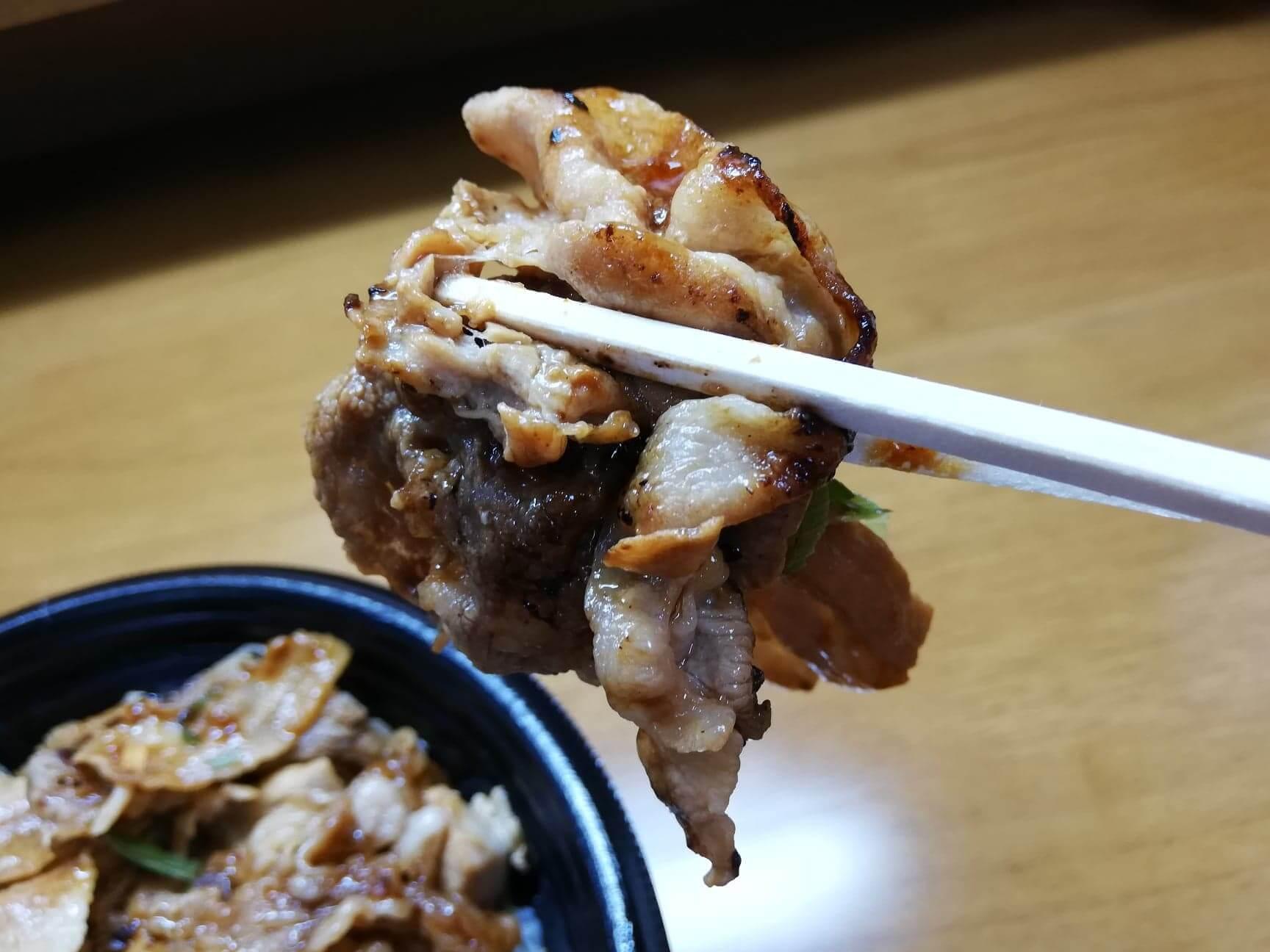 吉野家の『スタミナ超特盛丼』の肉を箸で掴んでいる写真
