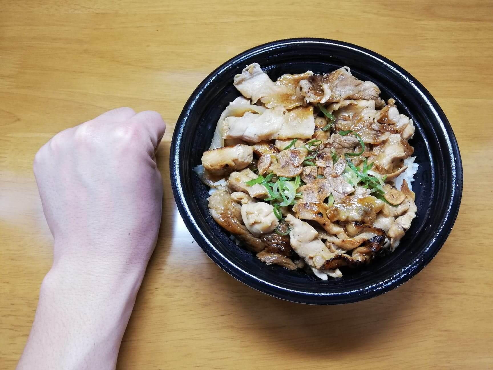 吉野家の『スタミナ超特盛丼』と拳のサイズ比較写真
