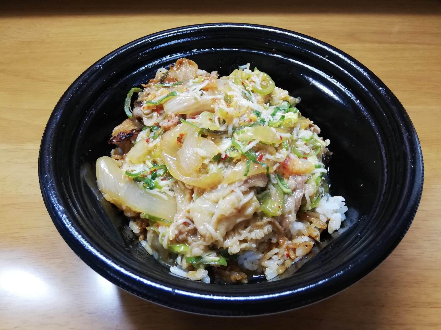 吉野家の『スタミナ超特盛丼』にトッピングを入れた写真