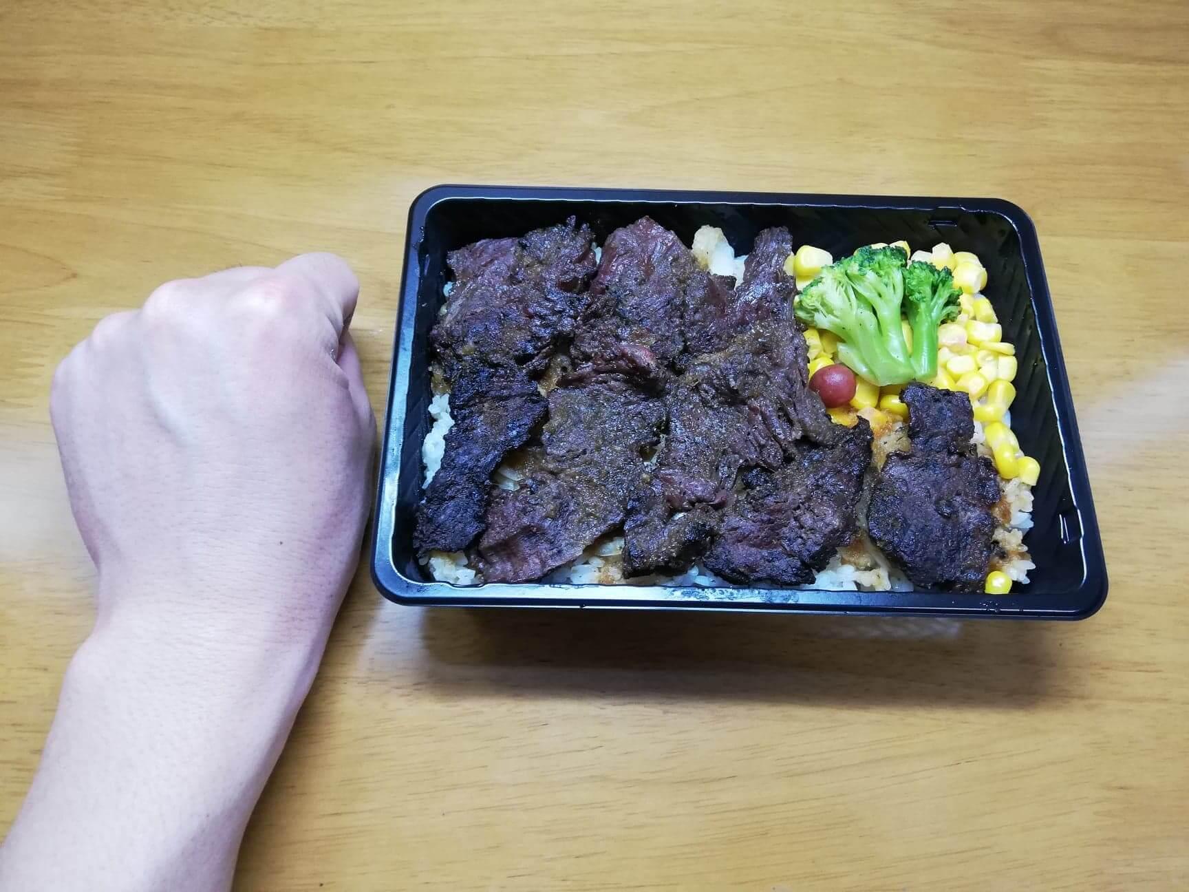 ブロンコビリーの『炭焼きハラミステーキ重』と拳のサイズ比較写真