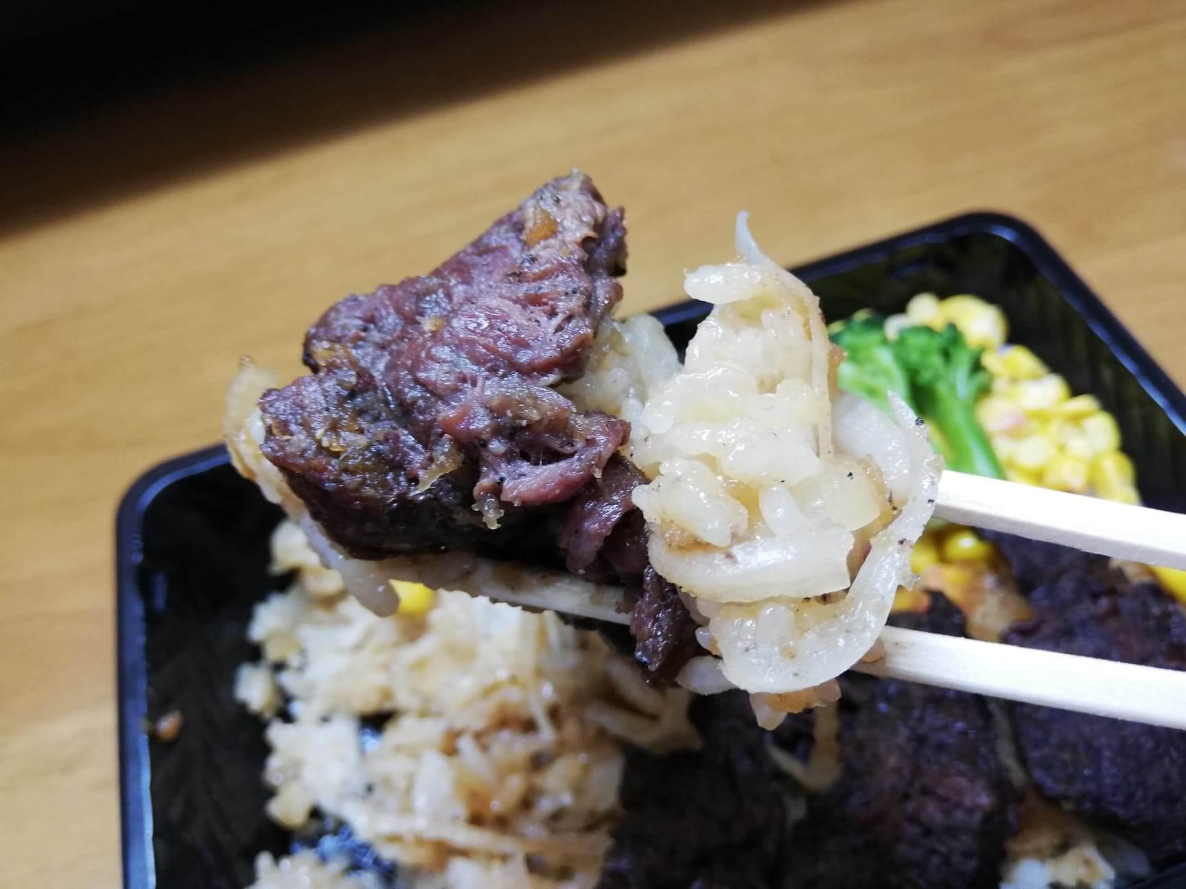 ブロンコビリーの『炭焼きハラミステーキ重』を箸で持ち上げている写真