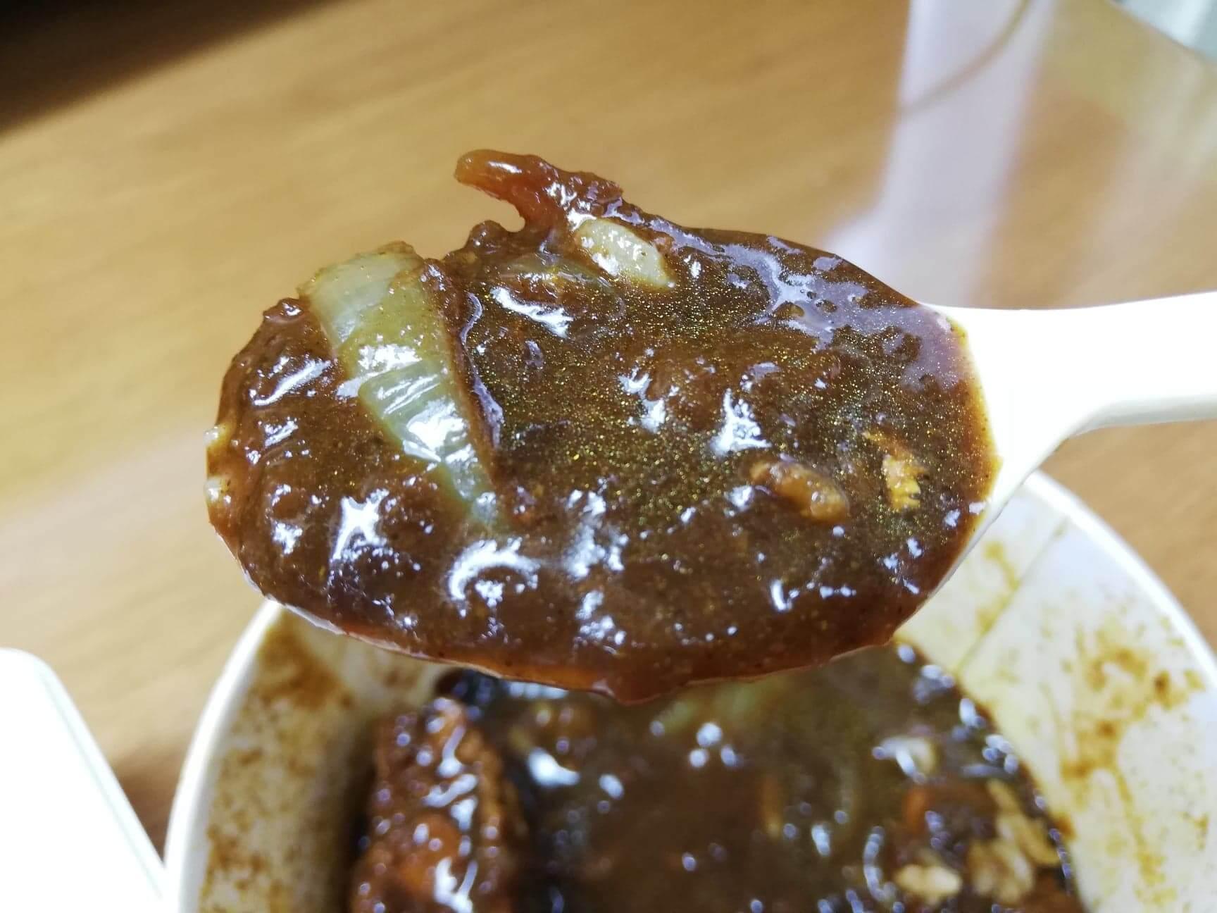 松屋のテイクアウト限定『おかずトリオ』のごろごろ煮込みチキンカレーソースの写真