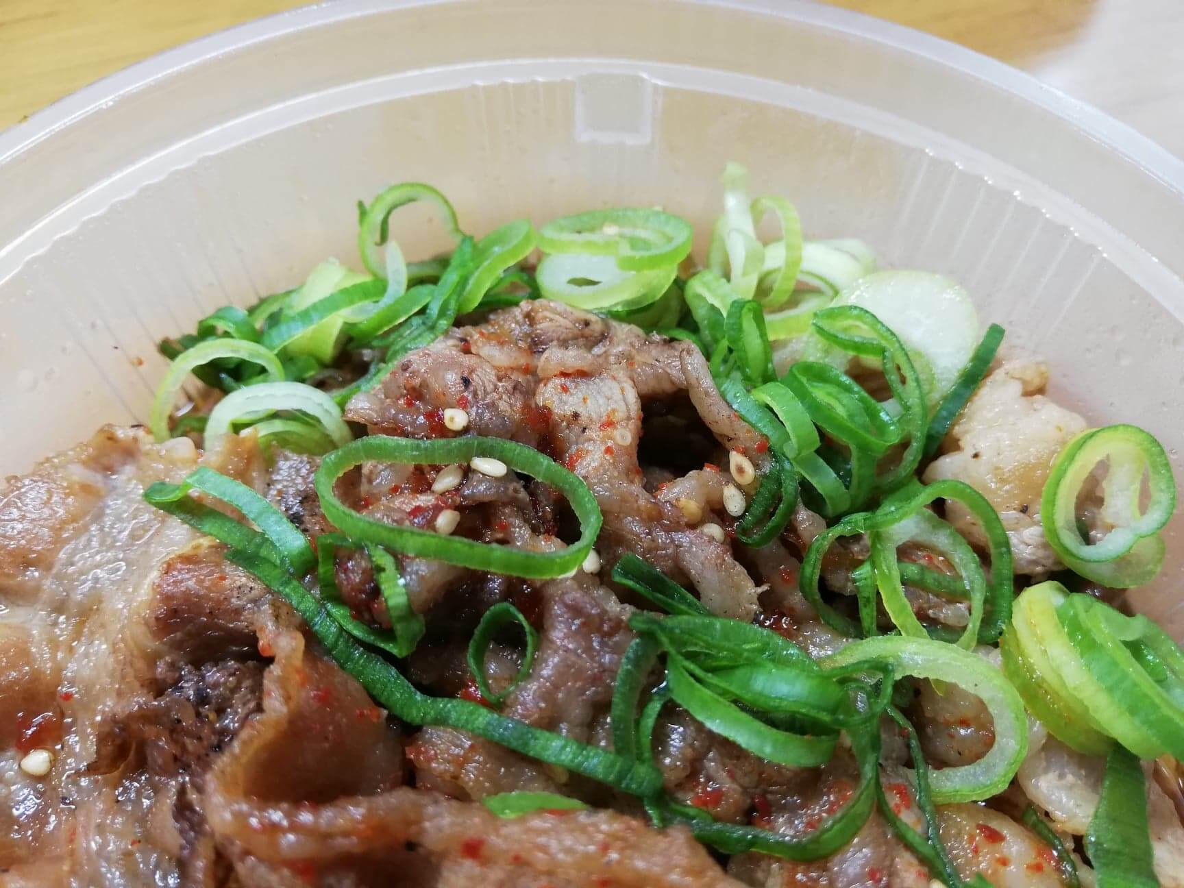 松屋のテイクアウト限定『おかずトリオ』のお肉たっぷり焼き牛めし皿の写真